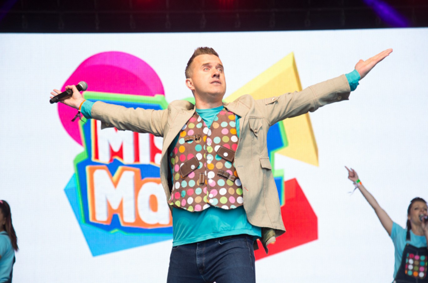 6_114-camp-bestival-2017-mister-maker-on-castle-stage-rb-f61a05101501585087