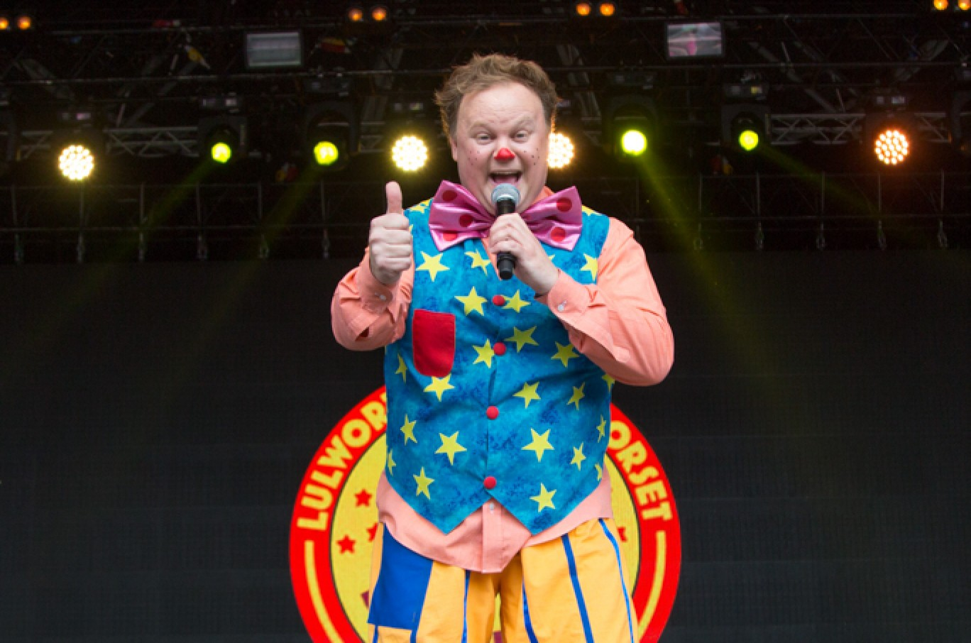 6_25-camp-bestival-2017-mr-tumble-on-castle-stage-rb-f61a0699-21501584993