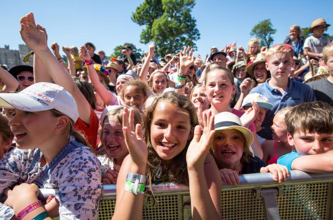 day2_castle-stage-children-crowd__vic13731438856402