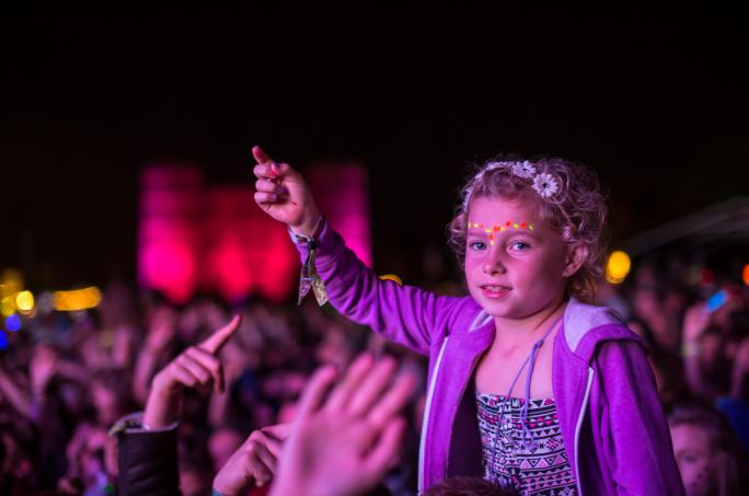 day2_castle-stage-children-crowd-night-portrait__vic26671438856414