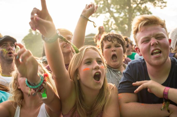 day4_castle-stage-crowd__vic64441438856625